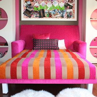 Inspiration för ett eklektiskt barnrum, med rosa väggar och mellanmörkt trägolv