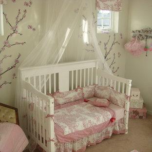 Foto di una cameretta per bambini bohémian con pareti bianche e moquette