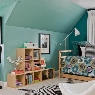 Aménagement d'une grande chambre d'enfant éclectique avec moquette et un mur bleu.