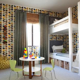 Foto på ett mellanstort retro pojkrum, med heltäckningsmatta och flerfärgade väggar