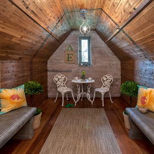 Idee per una piccola cameretta per bambini da 4 a 10 anni stile shabby con pareti marroni e pavimento in legno massello medio