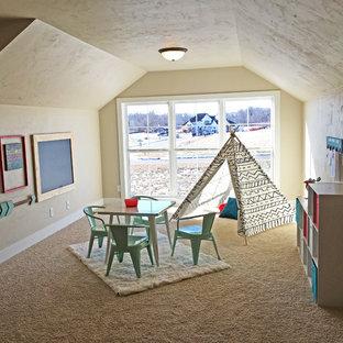 Idee per una grande cameretta per bambini da 4 a 10 anni stile americano con pareti beige e moquette