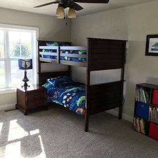 Esempio di una cameretta per bambini stile americano di medie dimensioni con pareti beige, moquette e pavimento bianco