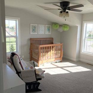 Idee per una grande cameretta per bambini american style con pareti beige, moquette e pavimento bianco