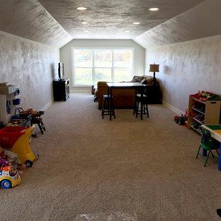 Esempio di una grande cameretta per bambini american style con pareti beige, moquette e pavimento bianco