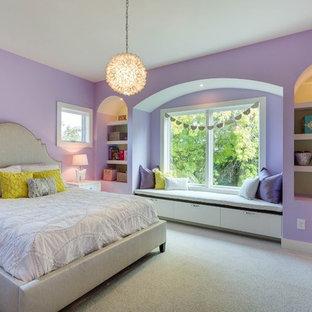 Imagen de dormitorio infantil actual, grande, con paredes púrpuras y moqueta