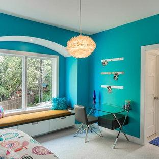 Réalisation d'une grande chambre d'enfant design avec un mur bleu et moquette.