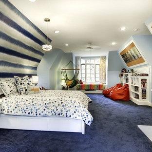 Idéer för ett mellanstort klassiskt barnrum kombinerat med sovrum, med blått golv, heltäckningsmatta och flerfärgade väggar