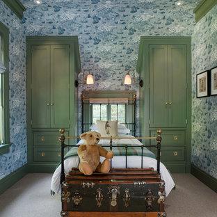 Inspiration pour une chambre d'enfant de 4 à 10 ans victorienne avec moquette et un mur bleu.