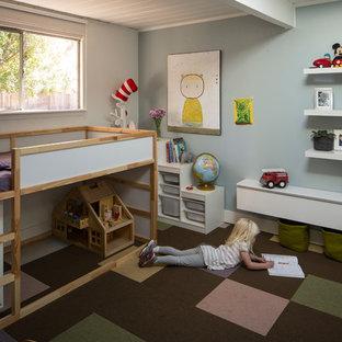 Inredning av ett 50 tals könsneutralt småbarnsrum kombinerat med sovrum, med grå väggar och heltäckningsmatta