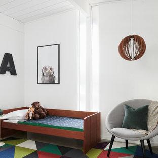 Inspiration pour une chambre d'enfant vintage avec un mur blanc, béton au sol, un sol gris, un plafond en lambris de bois et un plafond voûté.