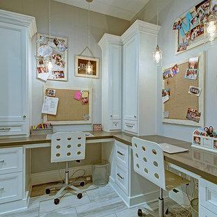 Exemple d'une grand chambre de fille de 4 à 10 ans chic avec un mur beige, un sol en carrelage de porcelaine, un sol multicolore et un bureau.
