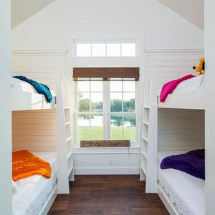 Foto de habitación infantil unisex campestre con paredes blancas y suelo de madera oscura