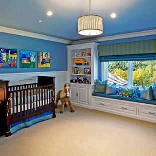 Idéer för mellanstora funkis barnrum kombinerat med sovrum, med blå väggar, heltäckningsmatta och beiget golv