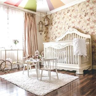 Esempio di una cameretta per bambini da 1 a 3 anni vittoriana di medie dimensioni con parquet scuro e pareti beige