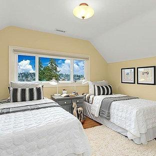 Foto di una piccola cameretta per bambini da 4 a 10 anni stile americano con pareti gialle e parquet chiaro