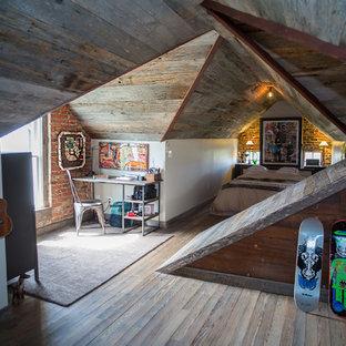 Cette image montre une chambre d'enfant chalet de taille moyenne avec un mur blanc, un sol en bois foncé et un sol marron.
