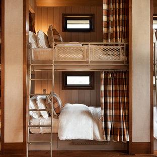 Ispirazione per una cameretta per bambini stile rurale con pareti grigie, pavimento in legno massello medio e pavimento marrone
