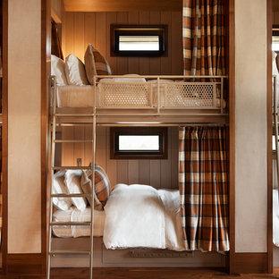 Foto di un'ampia cameretta per bambini da 4 a 10 anni rustica con pareti beige e parquet scuro