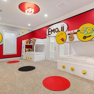 Ispirazione per una grande cameretta per bambini da 4 a 10 anni moderna con moquette e pareti multicolore