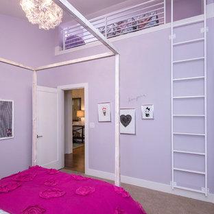 Foto på ett mellanstort funkis flickrum kombinerat med sovrum och för 4-10-åringar, med lila väggar, heltäckningsmatta och beiget golv