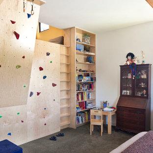 Ejemplo de dormitorio infantil ecléctico con suelo de cemento