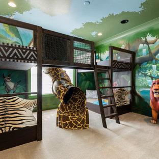 Inredning av ett modernt stort könsneutralt barnrum kombinerat med sovrum, med flerfärgade väggar, heltäckningsmatta och beiget golv