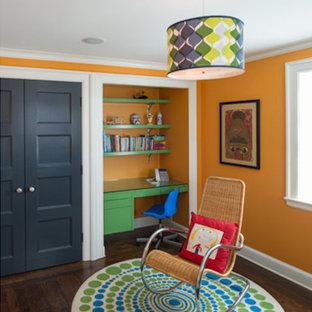 Inspiration pour une chambre d'enfant de 4 à 10 ans minimaliste de taille moyenne avec un mur orange et un sol en bois brun.