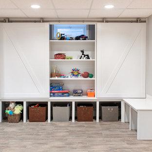Maritim inredning av ett könsneutralt småbarnsrum kombinerat med lekrum, med grå väggar och beiget golv