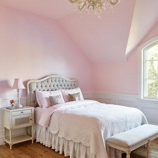 Modelo de dormitorio infantil mediterráneo con paredes rosas y suelo de madera en tonos medios