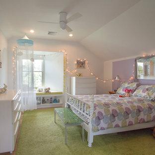 Стильный дизайн: детская среднего размера в современном стиле с спальным местом, разноцветными стенами, ковровым покрытием и зеленым полом для ребенка от 4 до 10 лет, девочки - последний тренд