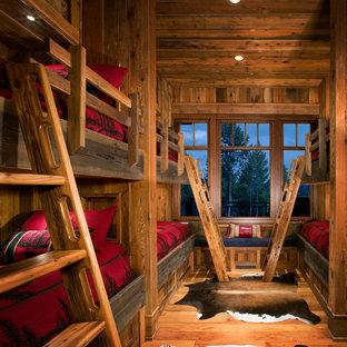 Cette photo montre une grand chambre d'enfant de 4 à 10 ans montagne avec un sol en bois brun, un mur marron et un sol marron.