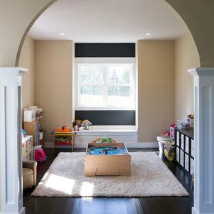 Ispirazione per un'ampia cameretta per bambini stile americano con pareti beige e parquet scuro