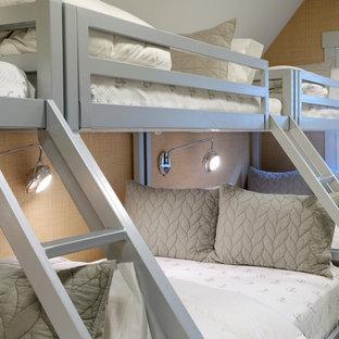 Ispirazione per una cameretta per bambini tradizionale di medie dimensioni con moquette, pavimento grigio e pareti beige