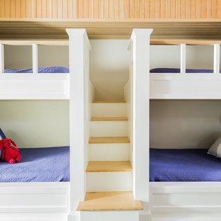 Mittelgroßes, Neutrales Klassisches Jugendzimmer mit Schlafplatz, beiger Wandfarbe und braunem Holzboden in Boston