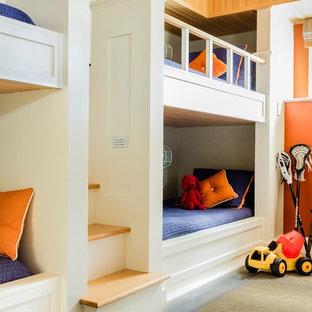 Неиссякаемый источник вдохновения для домашнего уюта: нейтральная детская среднего размера в стиле современная классика с спальным местом, оранжевыми стенами и ковровым покрытием для ребенка от 4 до 10 лет