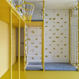 Exempel på ett modernt barnrum kombinerat med lekrum, med gula väggar och gult golv