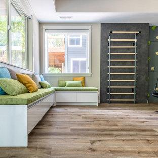 Foto på ett mycket stort funkis könsneutralt barnrum kombinerat med lekrum och för 4-10-åringar, med svarta väggar, mörkt trägolv och brunt golv