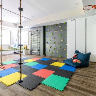 Modelo de dormitorio infantil de 4 a 10 años, actual, extra grande, con paredes negras, suelo de madera oscura y suelo marrón
