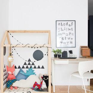 Aménagement d'une chambre d'enfant scandinave avec un mur blanc, un sol en contreplaqué et un sol marron.