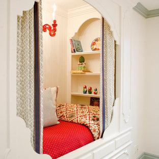 ソルトレイクシティの女の子用トラディショナルスタイルの子供部屋の画像 (白い壁、淡色無垢フローリング)