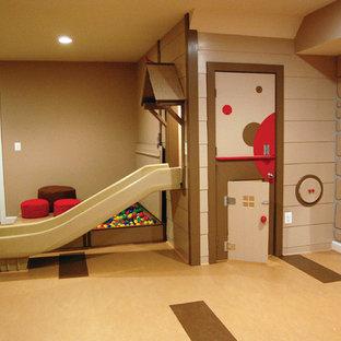 Exemple d'une grande chambre d'enfant tendance avec un sol en liège et un mur beige.