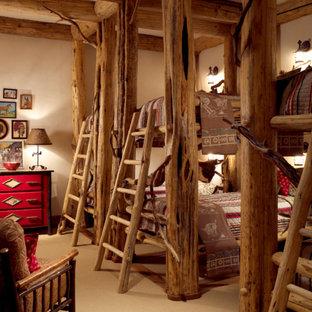 Idéer för att renovera ett rustikt könsneutralt barnrum kombinerat med sovrum, med beige väggar