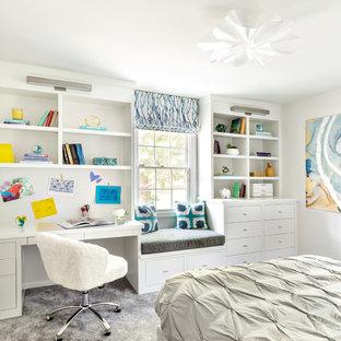 Inredning av ett klassiskt barnrum kombinerat med sovrum, med grå väggar, heltäckningsmatta och grått golv
