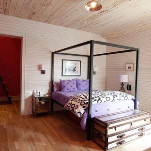 Imagen de dormitorio infantil actual con paredes blancas y suelo de madera en tonos medios