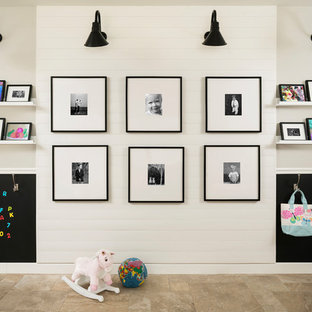 Esempio di una cameretta per bambini da 4 a 10 anni country di medie dimensioni con pareti grigie, pavimento in travertino e pavimento beige