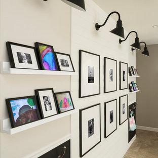 Bild på ett mellanstort lantligt könsneutralt barnrum kombinerat med lekrum och för 4-10-åringar, med grå väggar, travertin golv och beiget golv