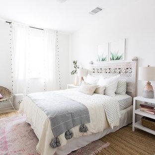 Modelo de dormitorio infantil clásico renovado con paredes blancas, moqueta y suelo beige
