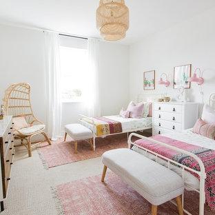 Immagine di una cameretta per bambini da 4 a 10 anni tradizionale con pareti bianche, moquette e pavimento beige