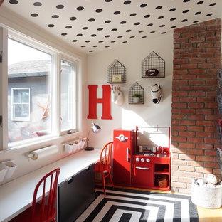 Ispirazione per una cameretta per bambini da 4 a 10 anni country con pareti bianche e pavimento in legno massello medio